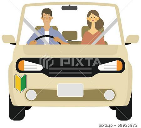 初心者マークの若い男女がドライブで笑顔のイラスト 69955875
