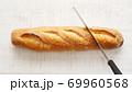 フランスパンをパンナイフで切る 69960568