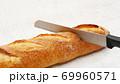 フランスパンをパンナイフで切る 69960571
