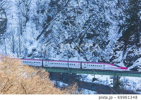 冬の仙岩峠を走る秋田新幹線こまち 69961348