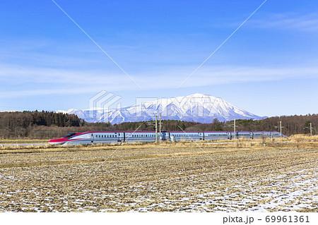 冬の岩手山と秋田新幹線こまち 岩手県雫石町 69961361