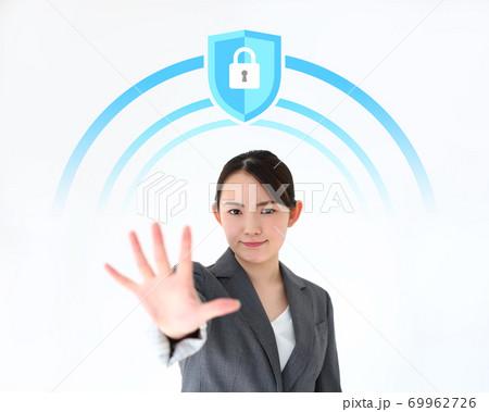 ガード・ブロックするビジネスウーマンのイメージ 69962726