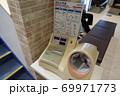 病院に設置されている血圧計 69971773