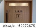 病院の診察室のドア 69972875