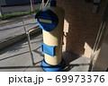 病院前にあった青と白の郵便ポストのような珍しい置物 69973376