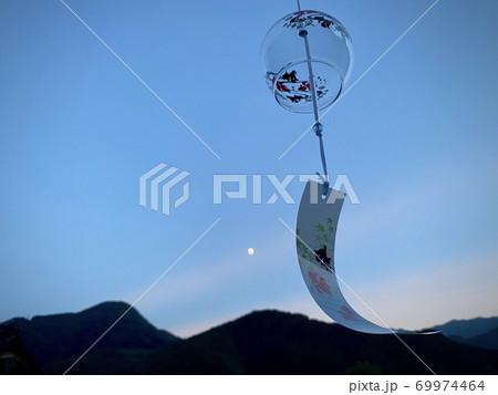 夏の夕暮れ時に揺れる風鈴と、優しく光る月 69974464