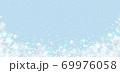 雪の結晶 ホワイト 背景 水色 69976058