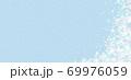 雪の結晶 ホワイト 背景 水色 69976059