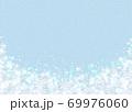 雪の結晶 ホワイト 背景 水色 69976060