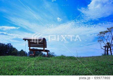 晴れた日の青空に向かう天空のベンチ 69977860