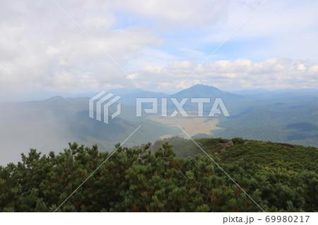 群馬県の至仏山の山頂から見た尾瀬ヶ原の景色 69980217