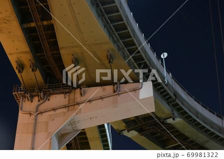 大地震に備えて阪神高速の北港ジャンクション(大阪市)に設置されたケーブルタイプの落橋防止装置 69981322