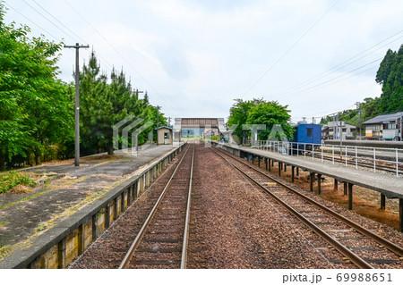 のと鉄道、能登中島駅に到着する列車(運転席横の客席から撮影) 69988651