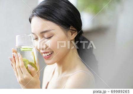 女性 ライフスタイル リラックス ダイエット デトックス 69989265
