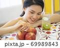 女性 ライフスタイル リラックス ダイエット デトックス 69989843