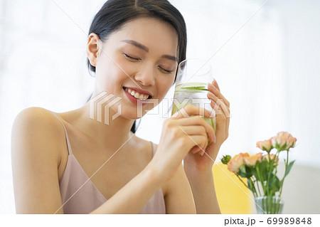 女性 ライフスタイル リラックス ダイエット デトックス 69989848