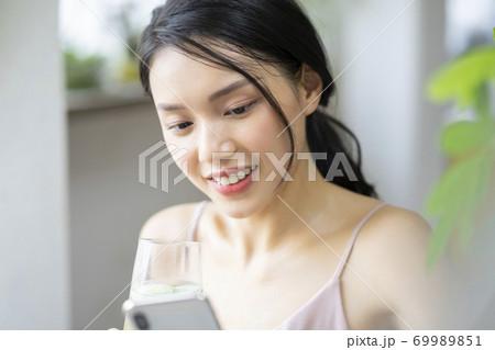 女性 ライフスタイル リラックス ダイエット デトックス 69989851