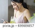 女性 ライフスタイル リラックス ダイエット デトックス 69989857