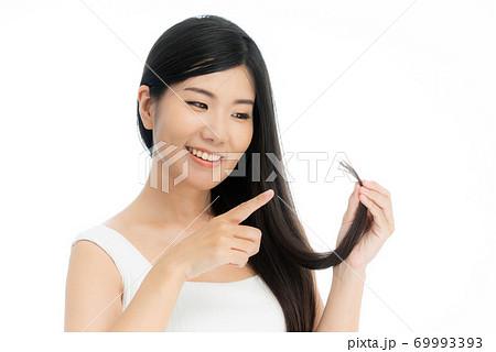 黒く長い髪の日本人女性 ストレートロングヘア 69993393