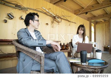 ユニークべニューでミーティングをする男女 69995059