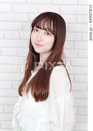 若い女性 ヘアスタイル 69997815