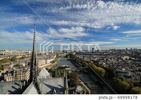 ノートルダム大聖堂から見るパリの街並みと青空/南東方面を望む(フランス パリ) 69998178