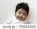 カメラ目線で笑っている赤ちゃんの顔 70002845