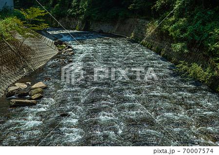 川の流れをスローシャッターで撮影 70007574