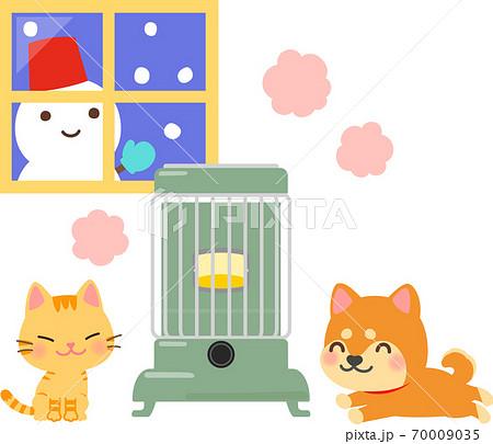 レトロなストーブで暖まる猫と犬 70009035