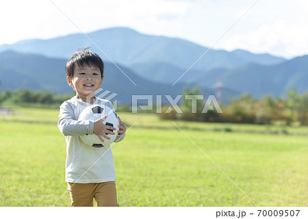 サッカーボールを持つ男の子 70009507