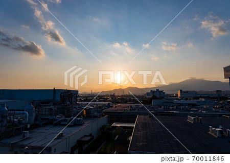 商業施設の屋上からの夕日と町並み 70011846