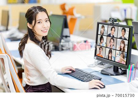 オフィスでリモートミーティングを行う女子社員 70015730