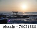 茨城県大洗海岸、磯前神社の日の出 70021888