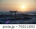 茨城県大洗海岸、磯前神社の日の出 70021892