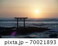 茨城県大洗海岸、磯前神社の日の出 70021893