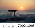 茨城県大洗海岸、磯前神社の日の出 70021896