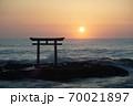 茨城県大洗海岸、磯前神社の日の出  70021897
