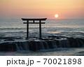 茨城県大洗海岸、磯前神社の日の出 70021898