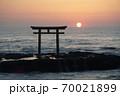 茨城県大洗海岸、磯前神社の日の出 70021899