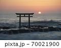 茨城県大洗海岸、磯前神社の日の出 70021900