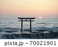 茨城県大洗海岸、磯前神社の日の出 70021901