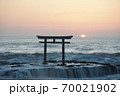 茨城県大洗海岸、磯前神社の日の出 70021902