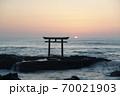 茨城県大洗海岸、磯前神社の日の出 70021903