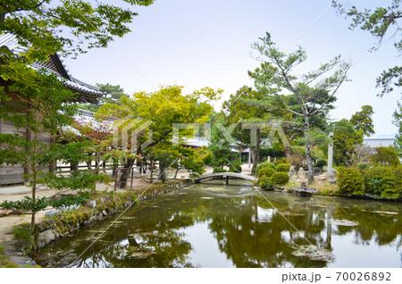 夏も終わり静かな 備中国総社宮の庭園 70026892
