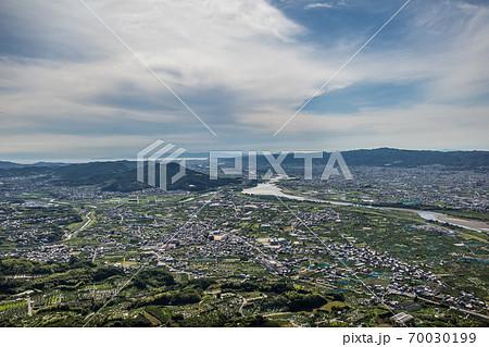 百合山上空から紀の川や和歌山湾が見える風景を空撮。和歌山県紀の川市 70030199