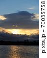 真冬の朝陽が昇り始めた琵琶湖 70035758