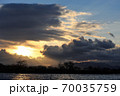 真冬の朝陽が昇り始めた琵琶湖 70035759