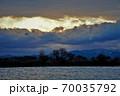 真冬の朝陽が昇り始めた琵琶湖 70035792