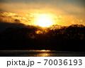 真冬の琵琶湖に沈む太陽 70036193