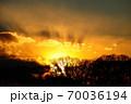 真冬の琵琶湖に沈む太陽 70036194